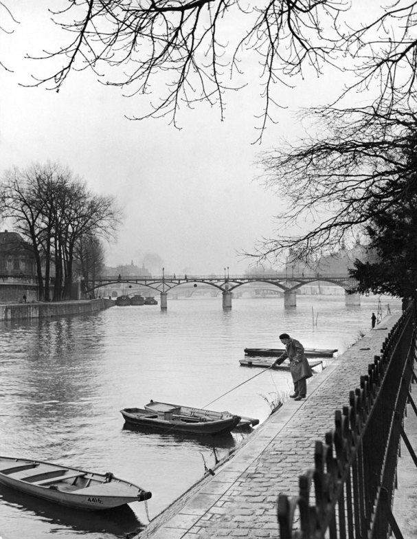 131121-paris-1946-seine-rowboats-17