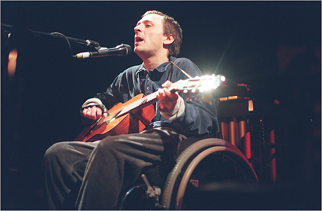 Vic Chesnutt at the Bowery Ballroom in New York in 1999. Photo by Rahav Segev